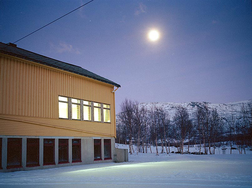 Sørfinnset Skole at night after deinstallment. Photo: Rakett